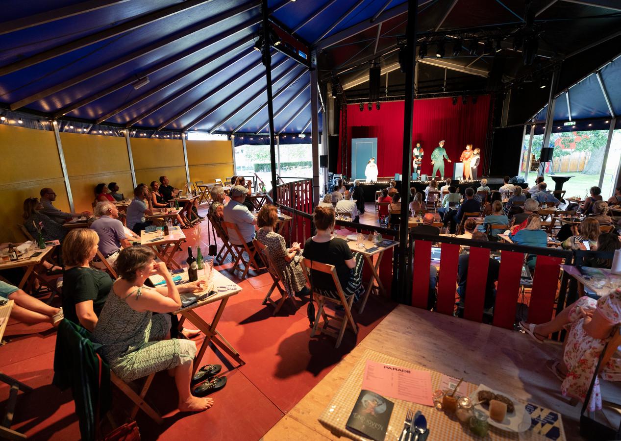 'Eins Zwei Schweinerei' van Zuidelijk Toneel in de tent De Reizende Schouwburg van De Parade bij het Parktheater. De 30ste editie van het bekende theaterfestival werd vrijdagavond afgetrapt.  De Parade blijft nog tot 27 juni in Eindhoven. Per dag is er plek voor 150 bezoekers. Die kunnen een pakket boeken met diner, of een matinee.