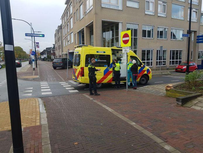 De vrouw is per ambulance overgebracht naar het ziekenhuis.
