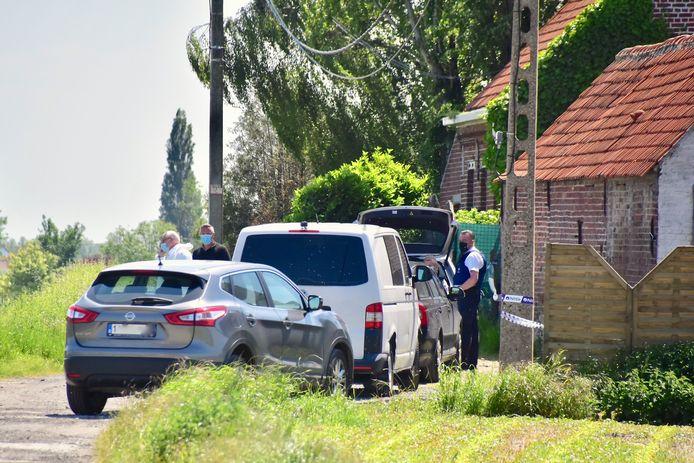 Politie en parket waren de hele dag in de weer aan de woning met witte gevel langs de Veldstraat in Meulebeke waar de 27-jarige vrouw levenloos aangetroffen werd.