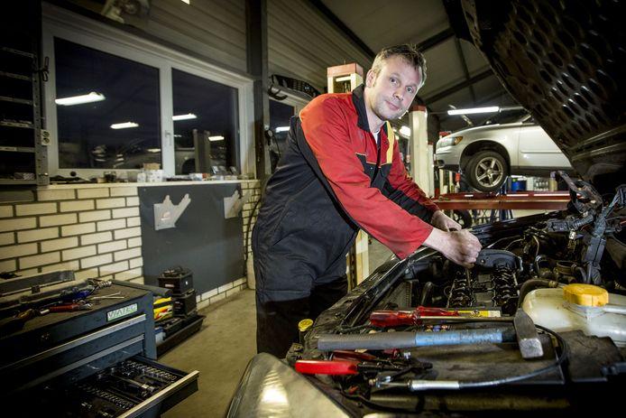ALBERGEN - Erwin Dalhoeven van het gelijknamige autobedrijf mag zich excellent APK keurmeester noemen, één van de 32 (op de 12.000 keurmeesters in Nederland). EDITIE: AM FOTO: Robin Hilberink  RH20171218