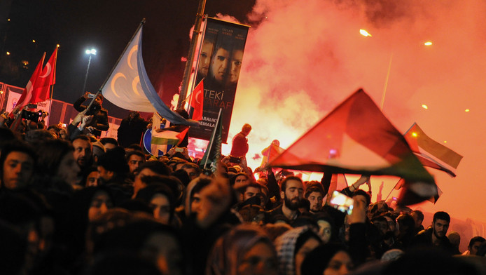 Honderden demonstranten verzamelden zich woensdag bij het Amerikaans consulaat in Istanbul.