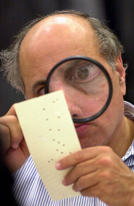 Het was een iconisch beeld van rechter Robert Rosenberg, eind november 2000, die met een vergrootglas probeerde uit te zoeken welke kandidaat nu was aangeduid op het stembiljet: Al Gore of George W. Bush? Beeld AP