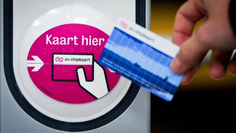 Reizigers met een zoneabonnement betalen vaak zonder dat ze het weten toch met het saldo op hun OV Chipkaart Beeld ANP