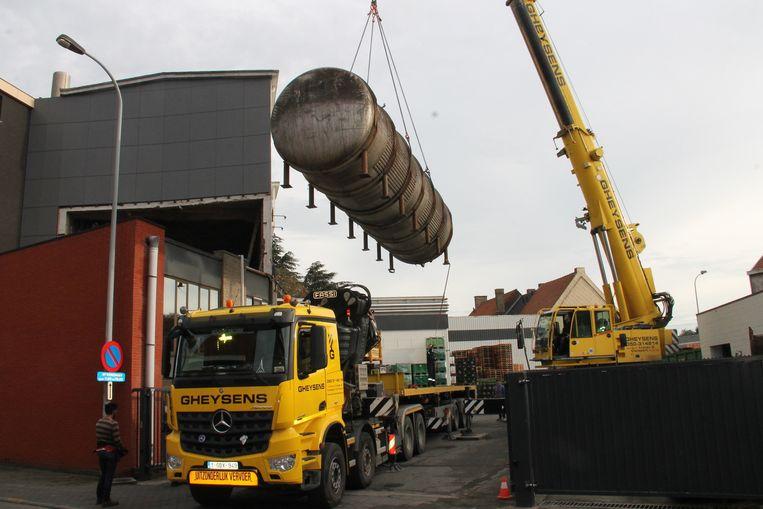 De eerste brouwtanks werden gisteren uit het oude gebouw gehaald. Voor ze geplaatst worden in Izegem, krijgen ze eerst nog een grondige poetsbeurt.