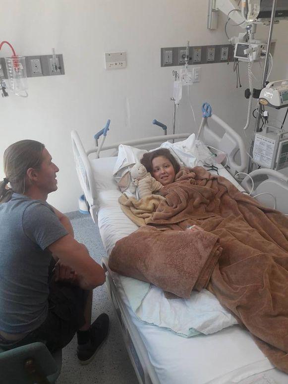 Maithili in het ziekenhuis in Mexico met haar papa.