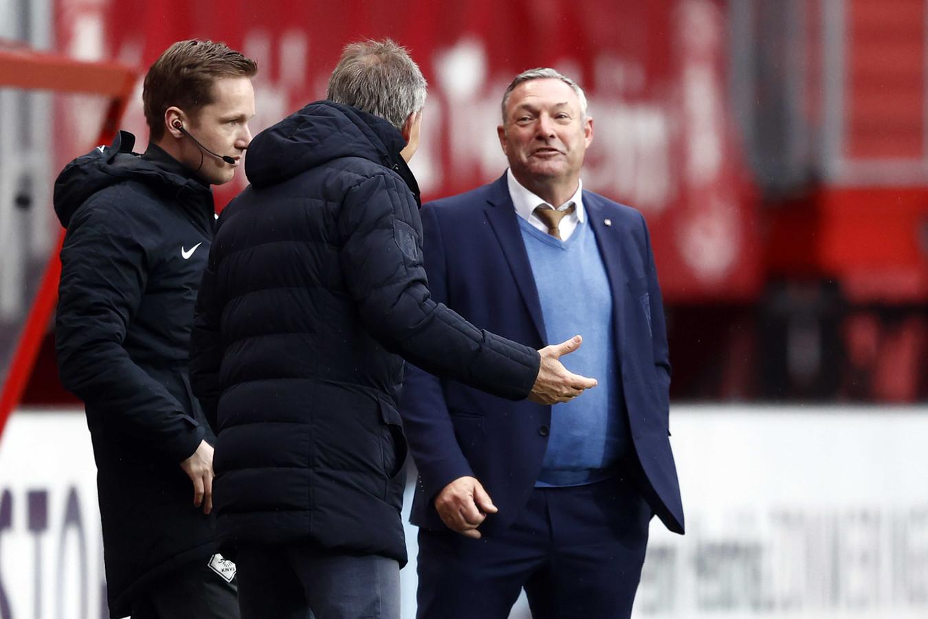 FC Twente-trainer Ron Jans in discussie met Heracles Almelo-trainer Frank Wormuth na de VAR-beslissing.