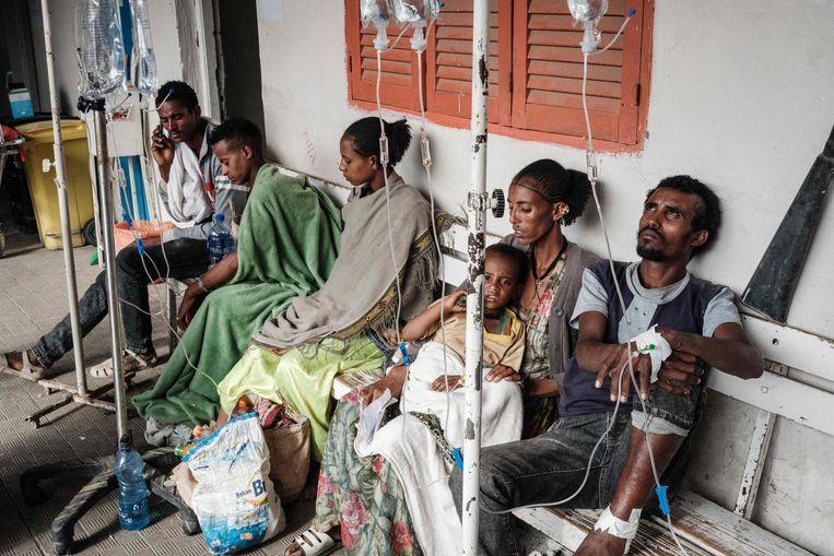 Gewonden krijgen medische hulp na de dodelijke luchtaanval van het Ethiopische leger op het stadje Togoga in Tigray.   Beeld AFP