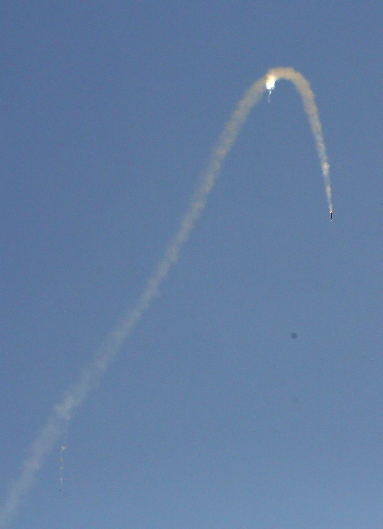Een vanuit de Gazastrook gelanceerde raket vliegt op dinsdag richting het zuiden van Israël. Beeld epa