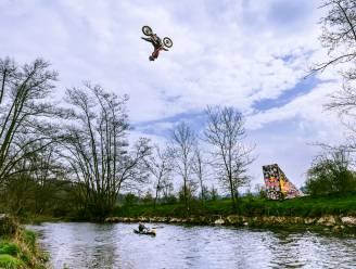 Motocrosser backflipt over Lesse en wereldkampioen kajak