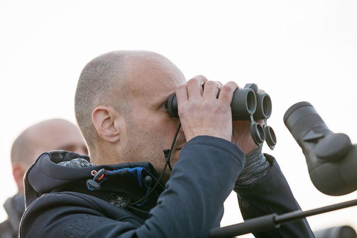Corstiaan Beeke is altijd gewapend met een verrekijker en camera's om zeldzame vogels voor de lens te krijgen.