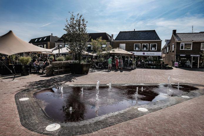 Het zand bij de nieuw aangelegde fonteinen verraadt dat het Lieve Vrouweplein achter Jan & Jan volop in verbouwing is.
