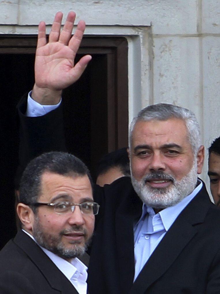 De Egyptische premier Hisham Kandil met Hamasleider Ismail Haniyeh (rechts). Beeld REUTERS