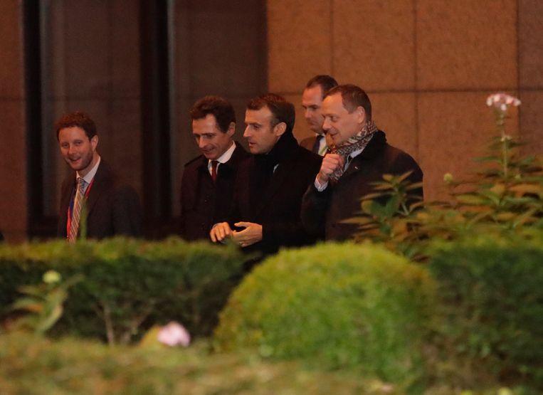 De Franse president Macron (midden) verlaat de top in Brussel. Beeld EPA