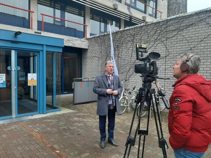 Burgemeester Edo Haan wordt geïnterviewd voor het stadhuis van Maassluis.