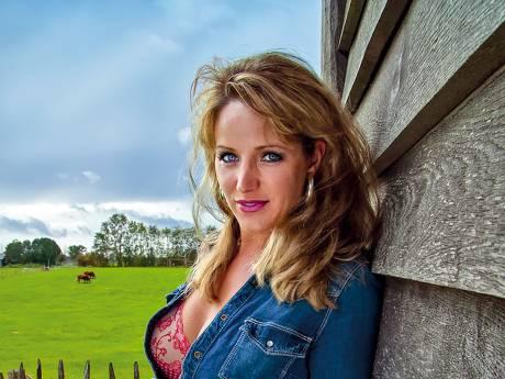 Annemarie was allereerste covergirl van Boerinnen Kalender: 'Met minder kleren aan had ik het nooit gedaan'