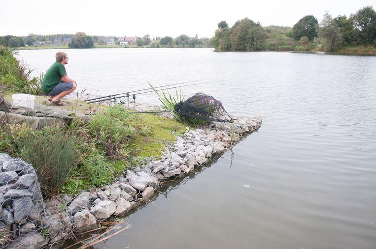 Een sportvisser aan de Donk. Door een beveiligde steiger te bouwen, maakt de stad het ook voor mensen met een fysieke beperking mogelijk om hier een lijntje uit te gooien.