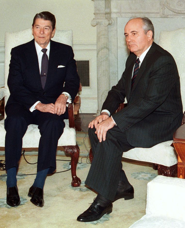 De Amerikaanse president Ronald Reagan (L) en Michail Gorbatsjov in 1987.  Beeld REUTERS