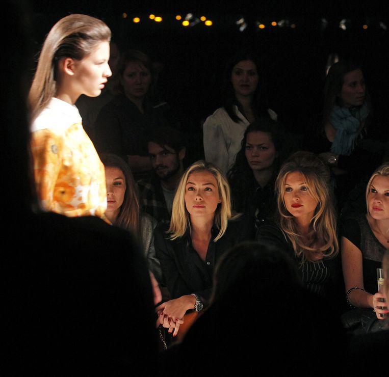 Renate Verbaan (L) en Lauren Verster (R) tijdens de modeshow van Claes Iversen in Amsterdam. Beeld null