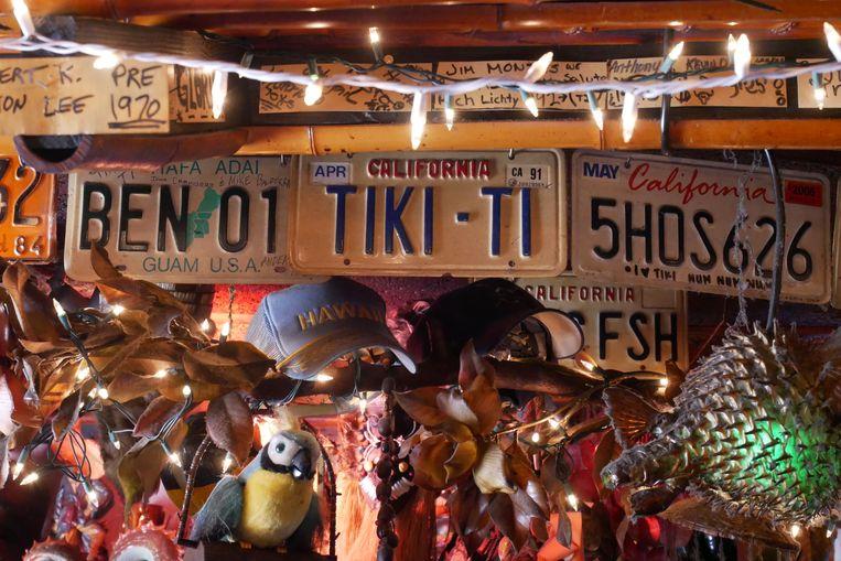Het volgestouwde decor van Tiki-Ti, de meest authentieke tikibar van Los Angeles. Beeld Robin Broos