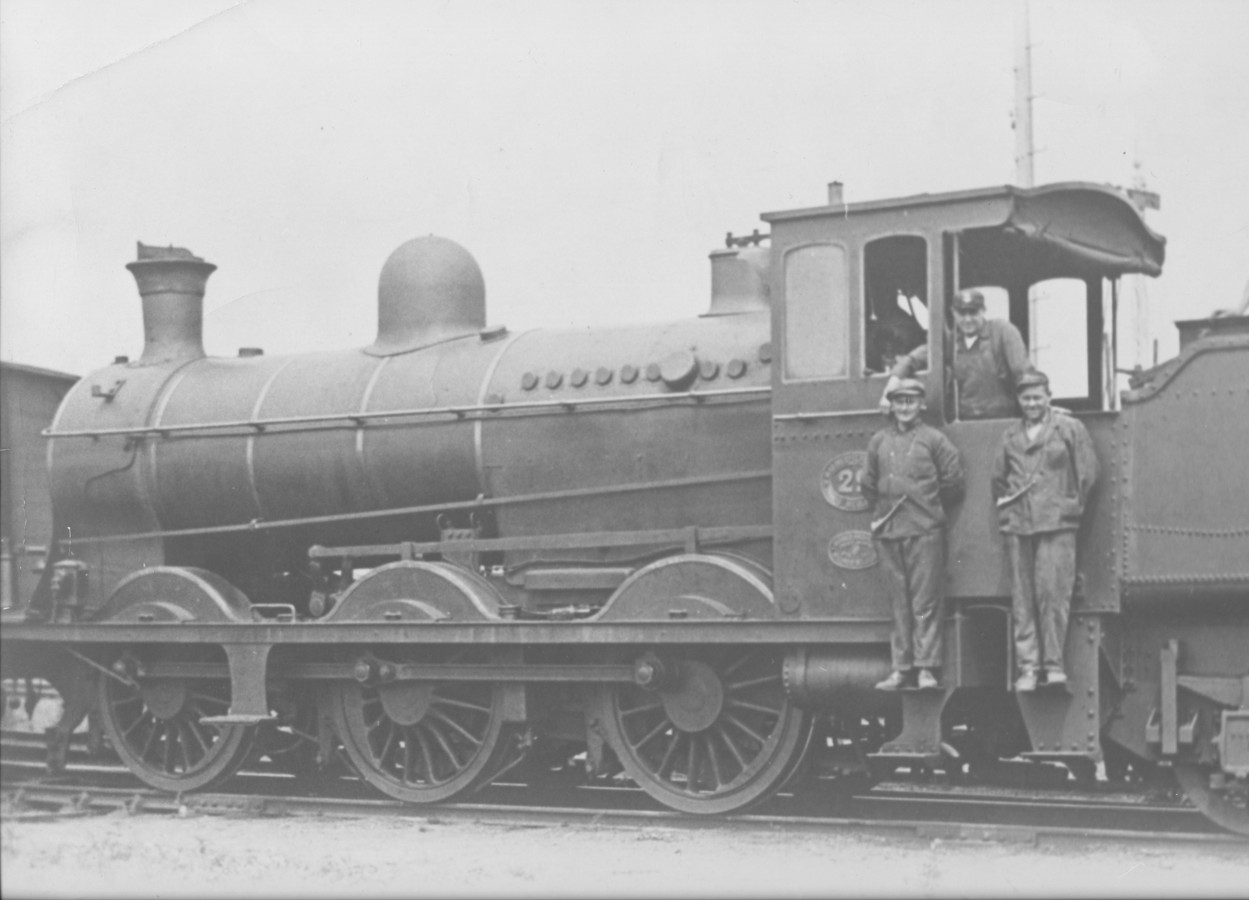 Locomotief 29 van spoorwegmaatschappij Société Anonyme du Chemin de Fer International de Malines à Terneuzen, kortweg MT genoemd, tijdens rangeerwerkzaamheden op het emplacement in Terneuzen, omstreeks 1930.