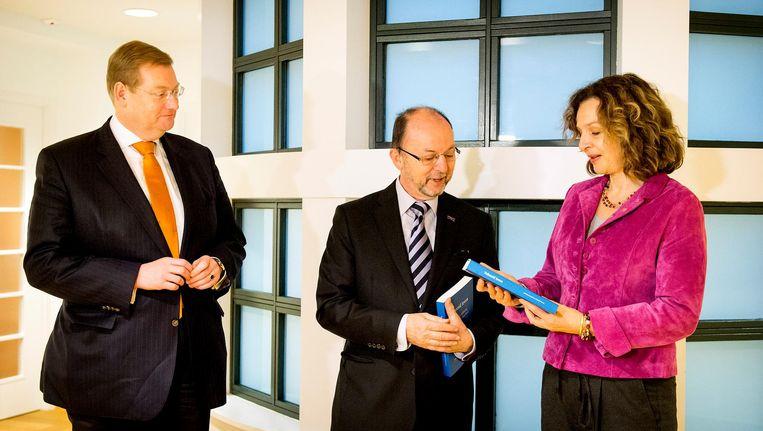 Paul Schnabel (midden) biedt aan de ministers van Volksgezondheid Schippers (rechts) en Justitie Van der Steur het rapport aan over hulp bij zelfdoding bij een voltooid leven. Beeld anp