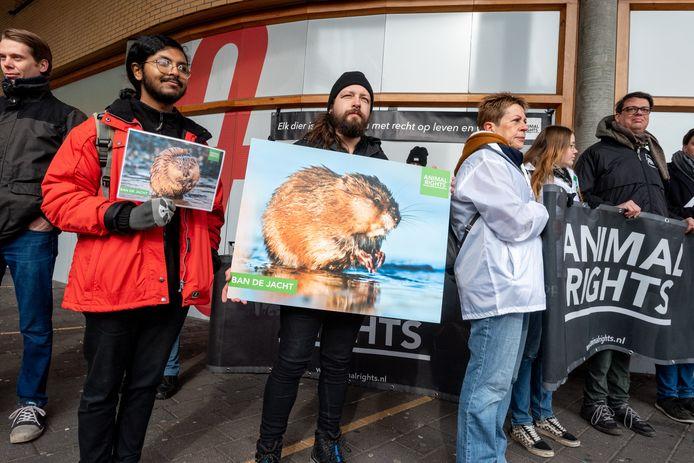 De demonstratie tegen het verdrinken van muskusratten op het Stationsplein in Amersfoort.