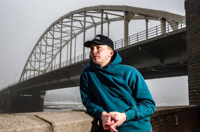 Rapper Snelle, twee jaar geleden onder de Wilhelminabrug in Deventer: dromen van een nummer 1 album en een grote boerderij bij Gorssel. Dromen die zijn uitgekomen.