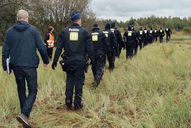 De politie komt het kamp ontruimen. Beeld Illias Teirlinck