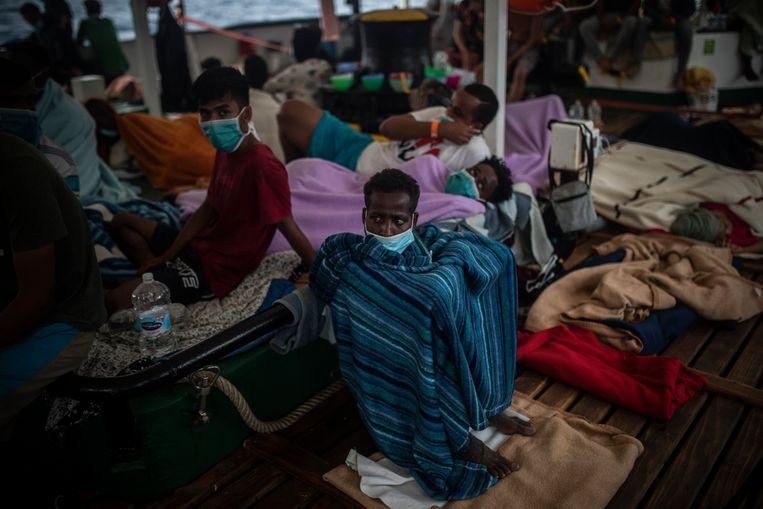 Deze van zee geredde vluchtelingen komen onder meer uit Soedan, Ethiopië, Sierra Leone, Bangladesh en Syrië. Beeld AP