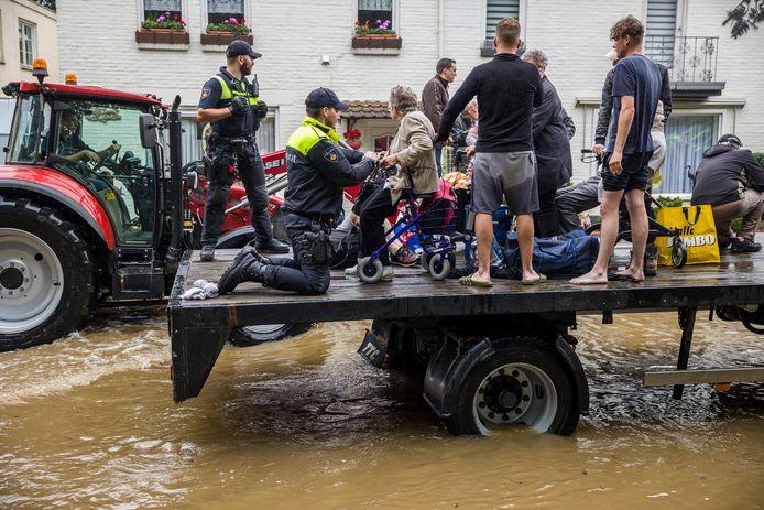 De brandweer en het leger helpen met de evacuatie van mensen uit hun woningen en verpleeghuizen in Valkenburg  door de wateroverlast in Zuid-Limburg.