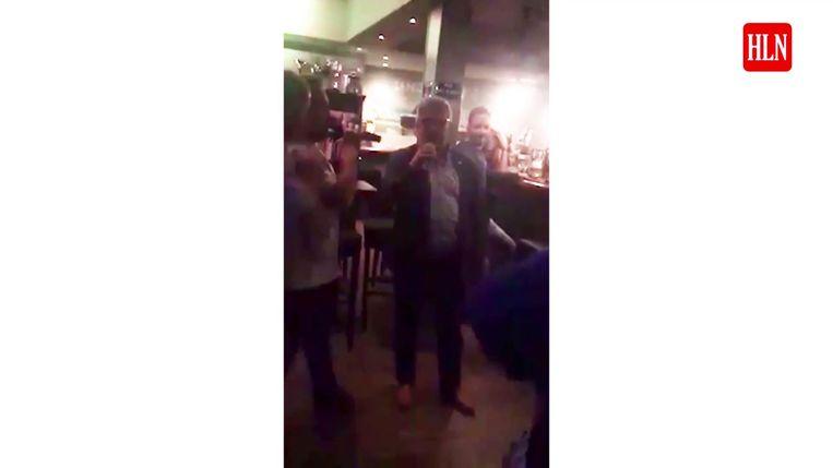 Voor het ongeval gaf Van Dijck nog het beste van zichzelf in een karaokeversie van 'My Way'. Daarvan doken gisteren beelden op.