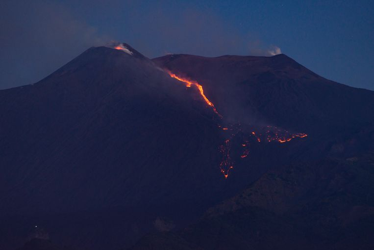 De lava stroomt langs de zuidoostelijke helling, de Valle del Bove genaamd, naar beneden over een lengte van 1,5 kilometer. Beeld AP