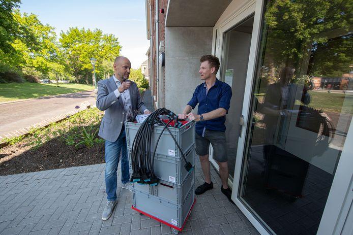 Directeur Rob Rikmanspoel (IMpact) bracht enkele weken geleden persoonlijk  spullen langs zodat Daniël Dreves door kon met zijn thuiswerk in coronatijd.