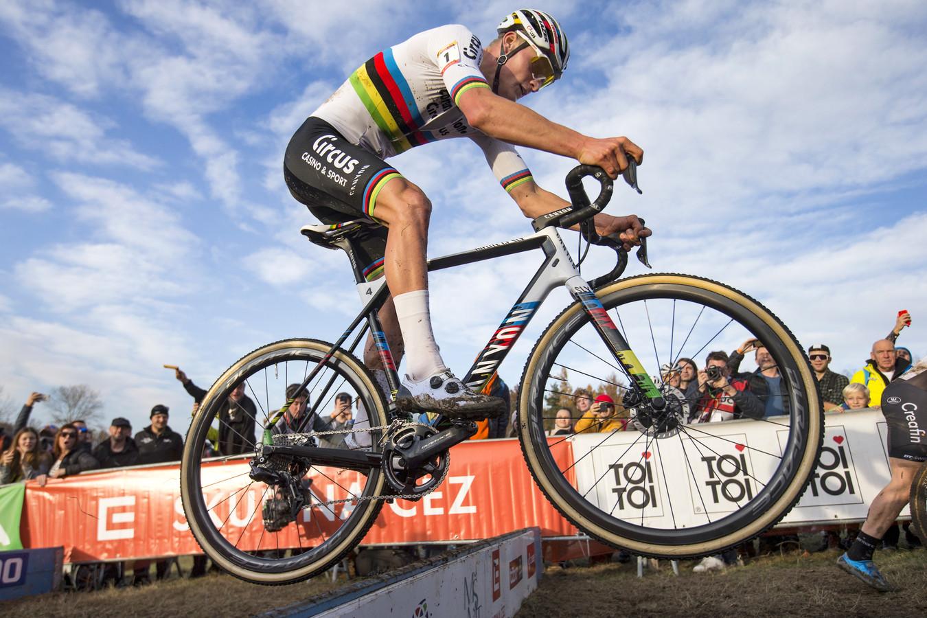 Mathieu van der Poel springt over de balken.