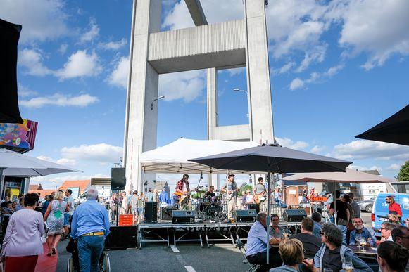 Kanaalfeesten Humbeek: muziek en volle terrassen onder de brug van Humbeek