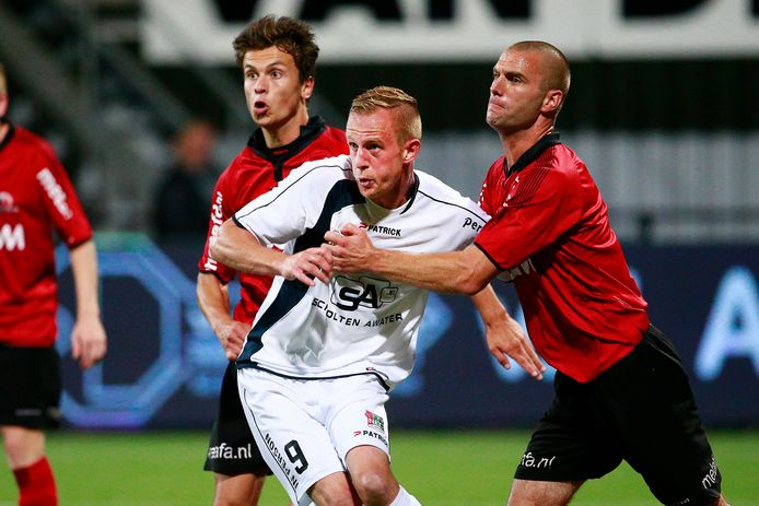 Charles Kazlauskas (r) in 2015 als speler van Helmond Sport tegen Sjoerd Ars van NEC.