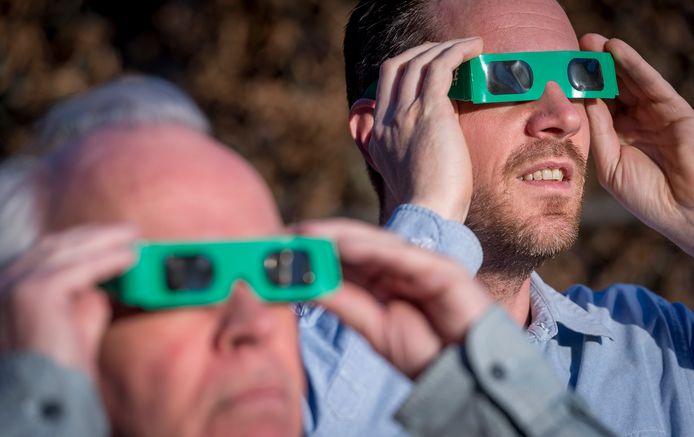 Gebruik voor het kijken naar de zonsverduistering een eclipsbrilletje.