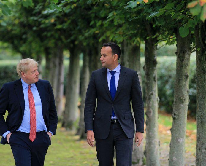 De Britse premier Boris Johnson (l) met zijn Ierse evenknie Taoiseach Leo Varadkar na een bespreking over de zogenoemde backstop, de voorlopige regeling die er bij een brexit moet komen voor de grens tussen Ierland en Noord-Ierland.
