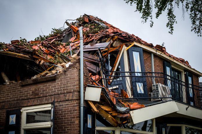 Omgevallen bomen en stormschade na een hevige valwind in Leersum. Het dorp is druk bezig met het opruimen en herstellen van de schade. De meeste wegen en fietspaden zijn weer toegankelijk gemaakt.