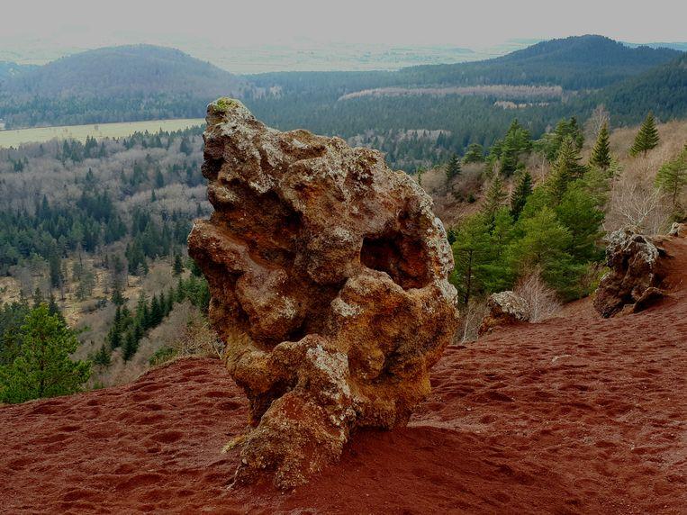 Een lavabrok op de rode vulkaan Puy de la Vache.In de Auvergne vind je lava in drie soorten en antraciettinten. Beeld imco lanting