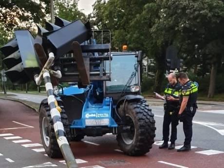 Vorkheftruckchauffeur die verkeerslicht omver trok en vluchtte nog niet aangehouden