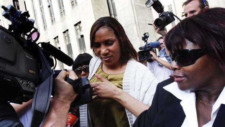 Het kamermeisje (midden) gisteren na overleg met haar advocaten en de openbaar aanklager van Manhattan. Beeld reuters