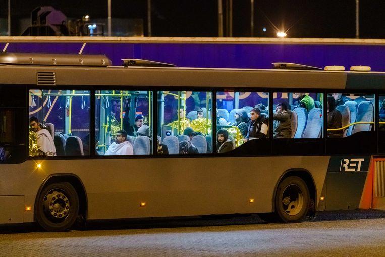 Een bus met vluchtelingen verlaat de haven van Vlaardingen. Beeld EPA