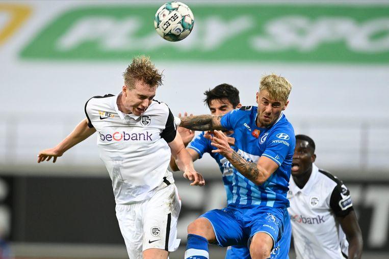 Genk-speler Kristian Thorstvedt kopt de bal naar het Gentse doel, Niklas Dorsch verdedigt. Beeld Photo News