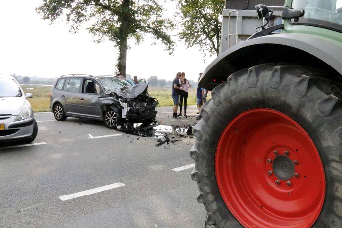 De zwaar gehavende personenauto en de tractor direct na de botsing in Afferden.