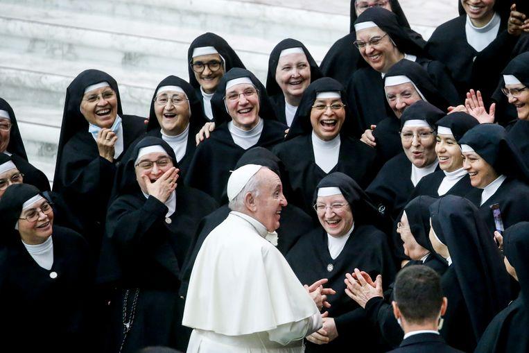 Welke grap paus Franciscus hier maakt tijdens zijn wekelijkse audiëntie in het Vaticaan zullen we vermoedelijk nooit kunnen achterhalen, maar de aanwezige nonnen kunnen er in elk geval smakelijk om lachen.  Beeld EPA