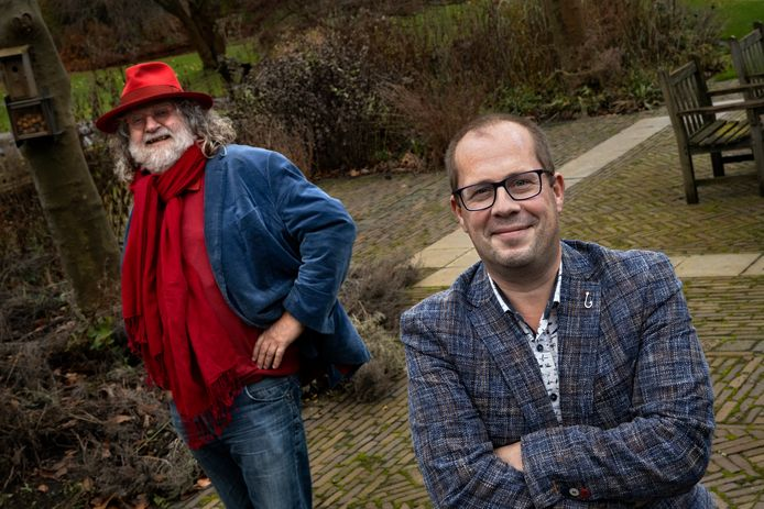 Hovenier Fons Linders (links) en wethouder Ralf Stultiëns gaan meedoen aan de 10 Weken Challenge in Nuenen.