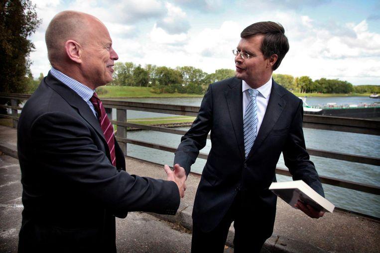 Premier Jan Peter Balkenende neemt in september 2009 het boek De WIJ-Economie van Willem Vermeend in ontvangst Beeld Hollandse Hoogte / Stijn Rademak