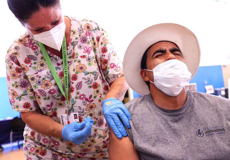 Coronavaccinatie donderdag in Wilmington, in de Amerikaanse staat Californië.  Beeld Getty