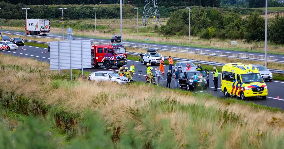 Meerdere gewonden bij ernstig ongeluk op A50 bij Apeldoorn-Noord, brandweer bevrijdt persoon uit auto.